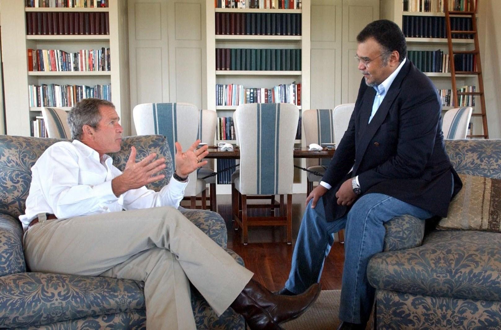 بندر بن سلطان مع الرئيس الأميركي جورج بوش الإبن في منزل بوش في تكساس في 2002.