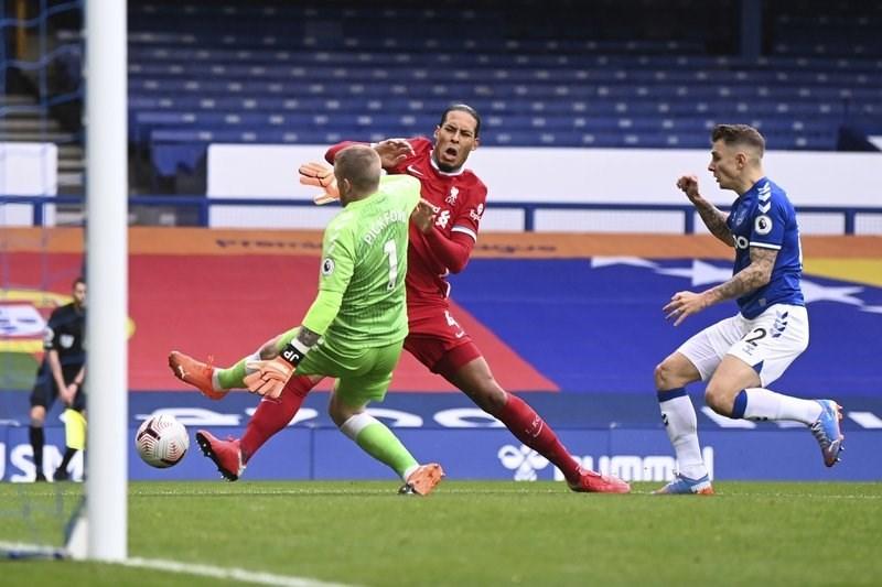 تدخل بيكفورد على فان دايك في مباراة ليفربول وإيفرتون