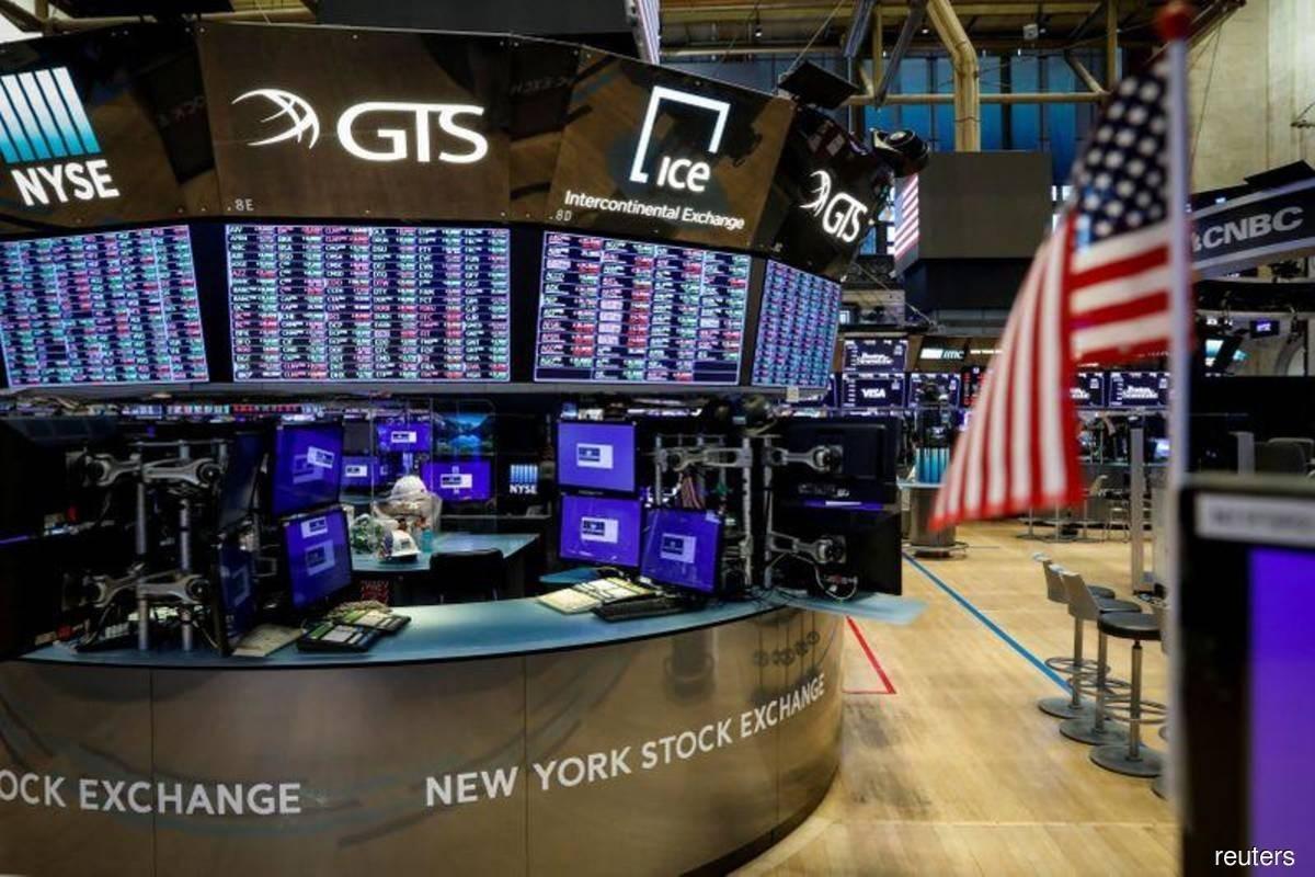 الدولار الأميركي يتراجع مع اتخفاض الآمال بتحفيز اقتصادي قريب