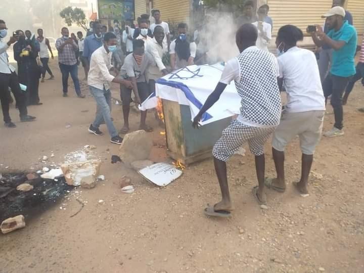 تظاهرات ضد الحكومة في السودان.. وشبانٌ يحرقون العلم الإسرائيلي