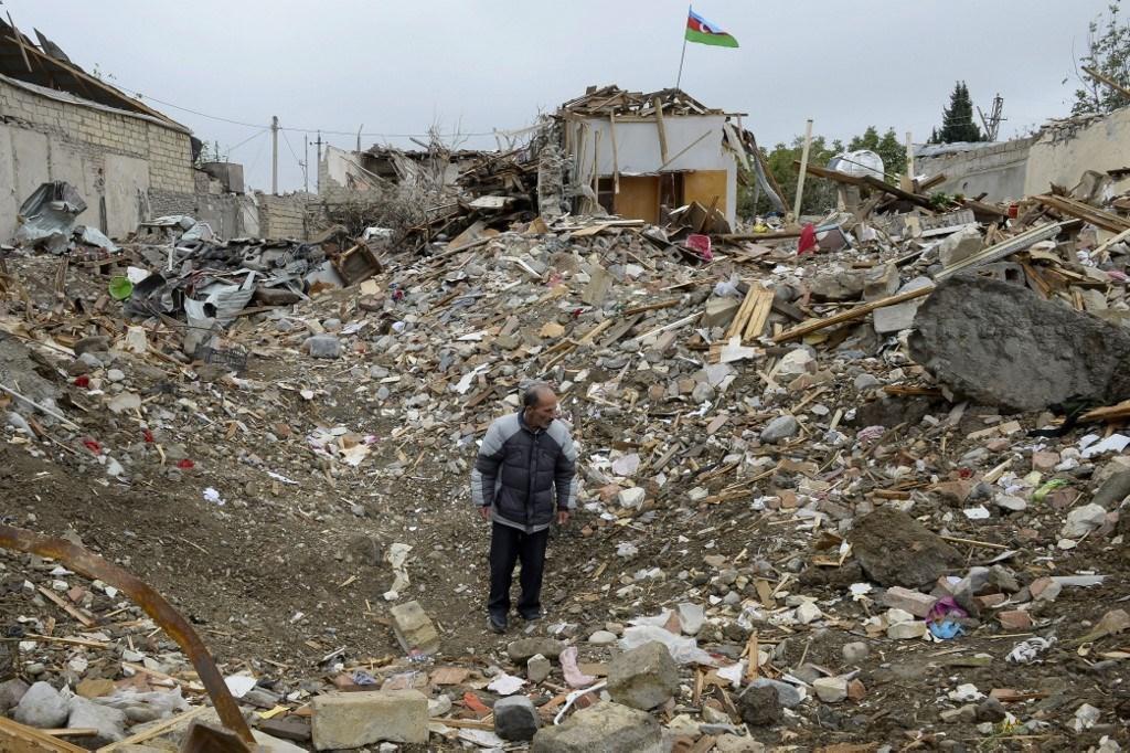 منزل أصيب بهجوم صاروخي في منطقة سكنية في مدينة جانجا (أ ف ب).