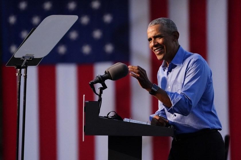 أوباما يهزأ من ترامب: يتصرف كالمجنون ويصادر الإنجازات
