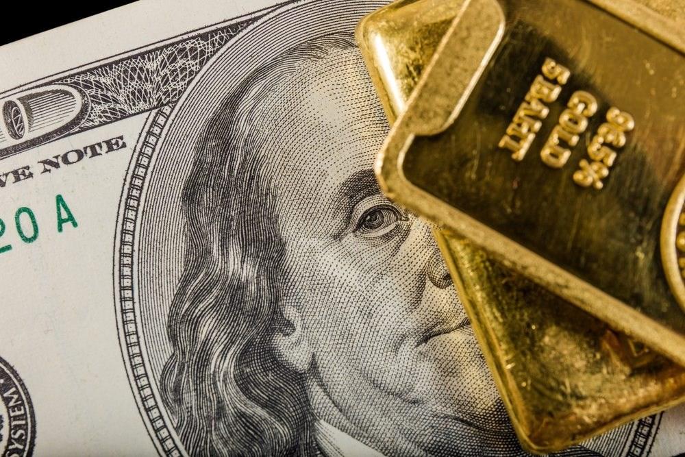 الذهب يتراجع بشكل محدود مقابل ارتفاع الدولار
