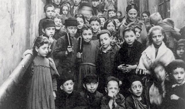 أطفال يهود في العاصمة البولندية وارسو عام 1897.