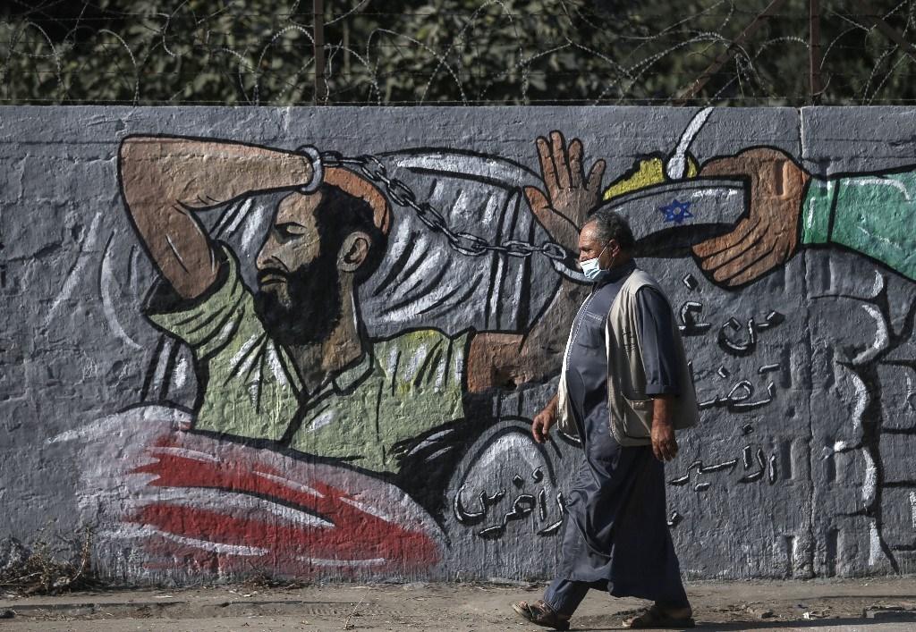 جدارية في مخيم النصيرات وسط قطاع غزة، دعماً لمعركة الأسير ماهر الأخرس ضد الاعتقال الإداري (أ.ف.ب)