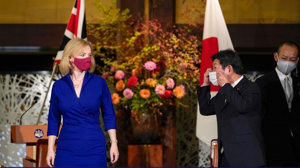 وزيرة التجارة الدولية البريطانية ليز تراس (يسار) ووزير الخارجية الياباني توشيميتسو موتيغي خلال مراسم توقيع اتفاق تجاري بين بلديهما في طوكيو في 23 تشرين الأول/أكتوبر 2020 كيميماسا ماياما تصوير مشترك/ا ف ب