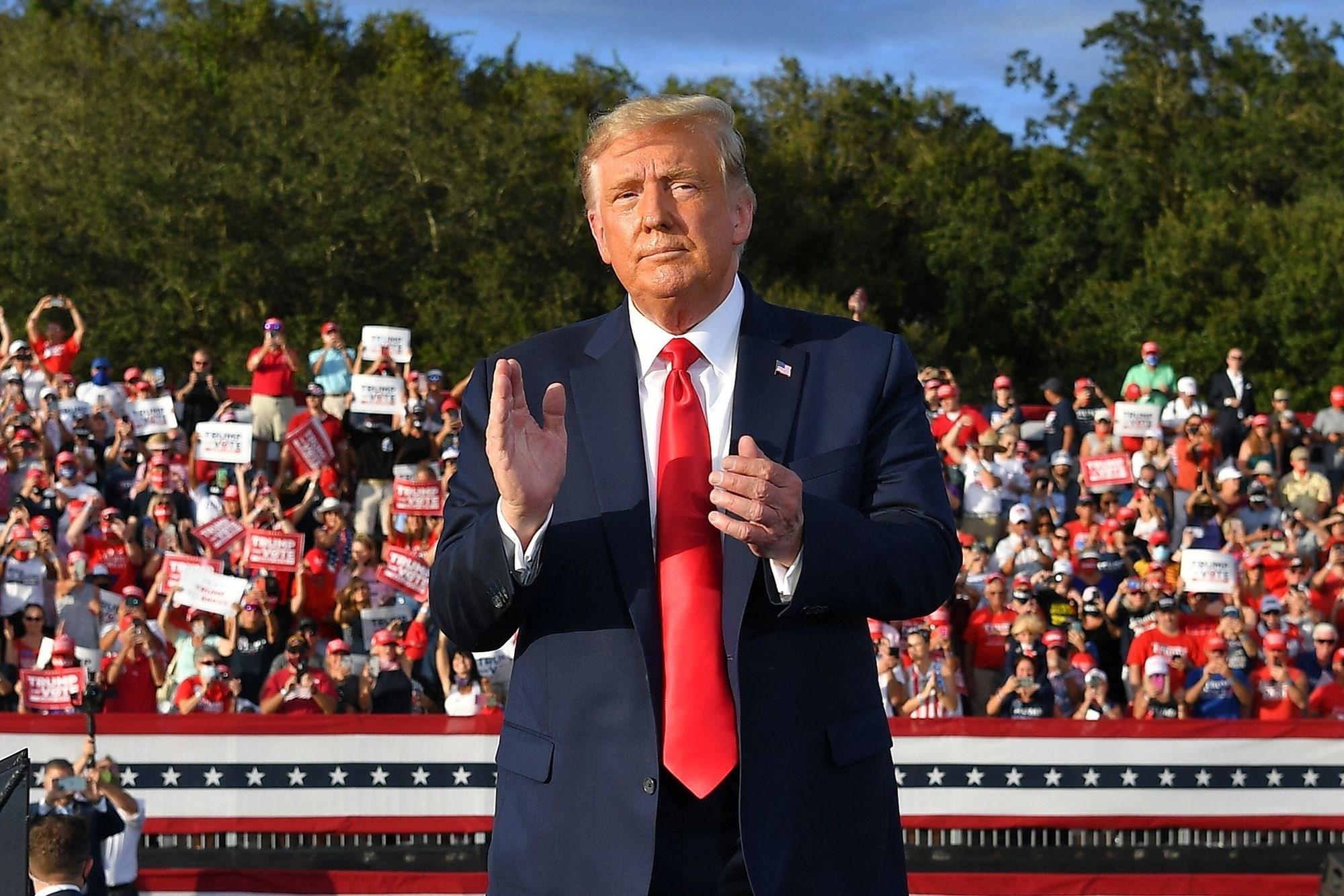 الرئيس الأميركي دونالد ترامب خلال مهرجان انتخابي بولاية فلوريدا أمس الجمعة
