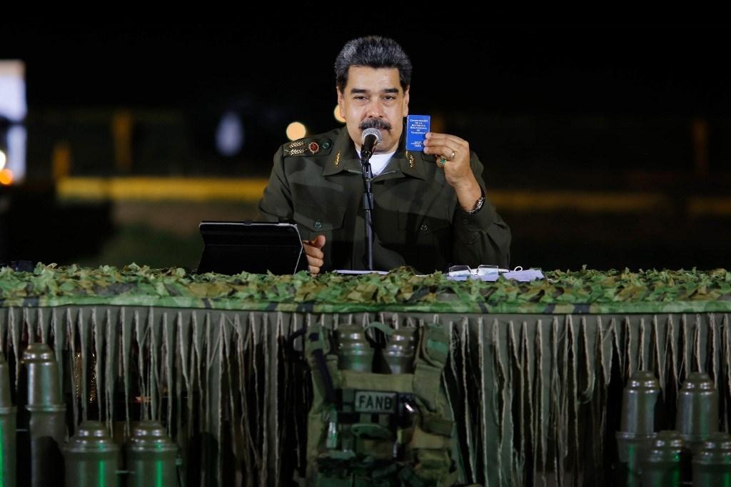 مادورو يتحدث خلال اجتماع مع أعضاء من القوات المسلحة الوطنية البوليفارية (أ ف ب).