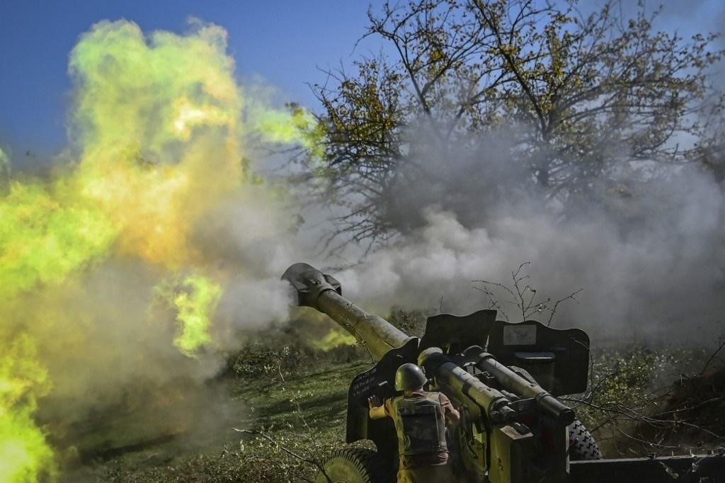 جندي أرميني يطلق نيران المدفعية على خط المواجهة في ناغورنو كاراباخ - 25 أكتوبر 2020 (أ.ف.ب)