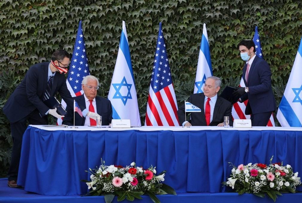 وقع نتنياهو بحضور سفير الولايات المتحدة لدى إسرائيل ديفيد فريدمان على إزالة العائق أمام التعاون العلمي بين إسرائيل والولايات المتحدة في جامعة أريئيل بالضفة الغربية (أ ف ب)