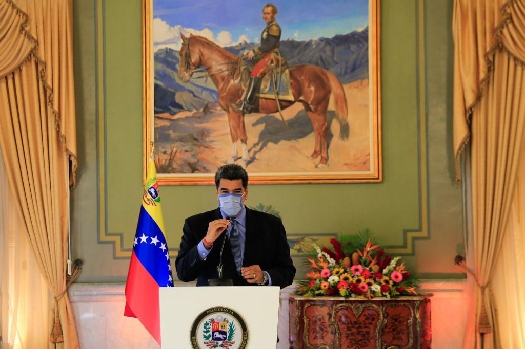 مادورو يتحدث خلال مؤتمر صحفي أمس في قصر ميرافلوريس في كاراكاس (أ ف ب).