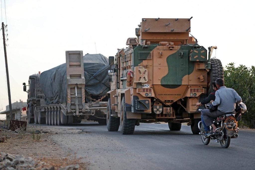 رتل عسكري تركي يتجول في قرية إبلين قرب أريحا في إدلب شمال غرب سوريا (أ ف ب).