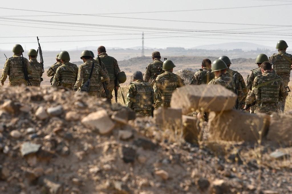 جنود يغادرون إلى خط المواجهة في ناغورنو كاراباخ في منطقة أرمافير الأرمينية (أ ف ب).
