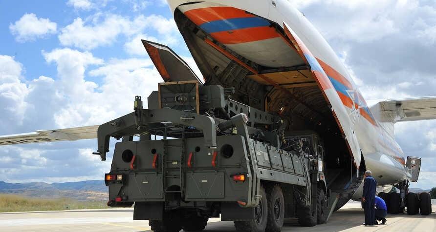 تفريغ أجزاء من النظا الصاروخي الروسي S-400 من طائرة روسية بالقرب من أنقرة عام 2019.