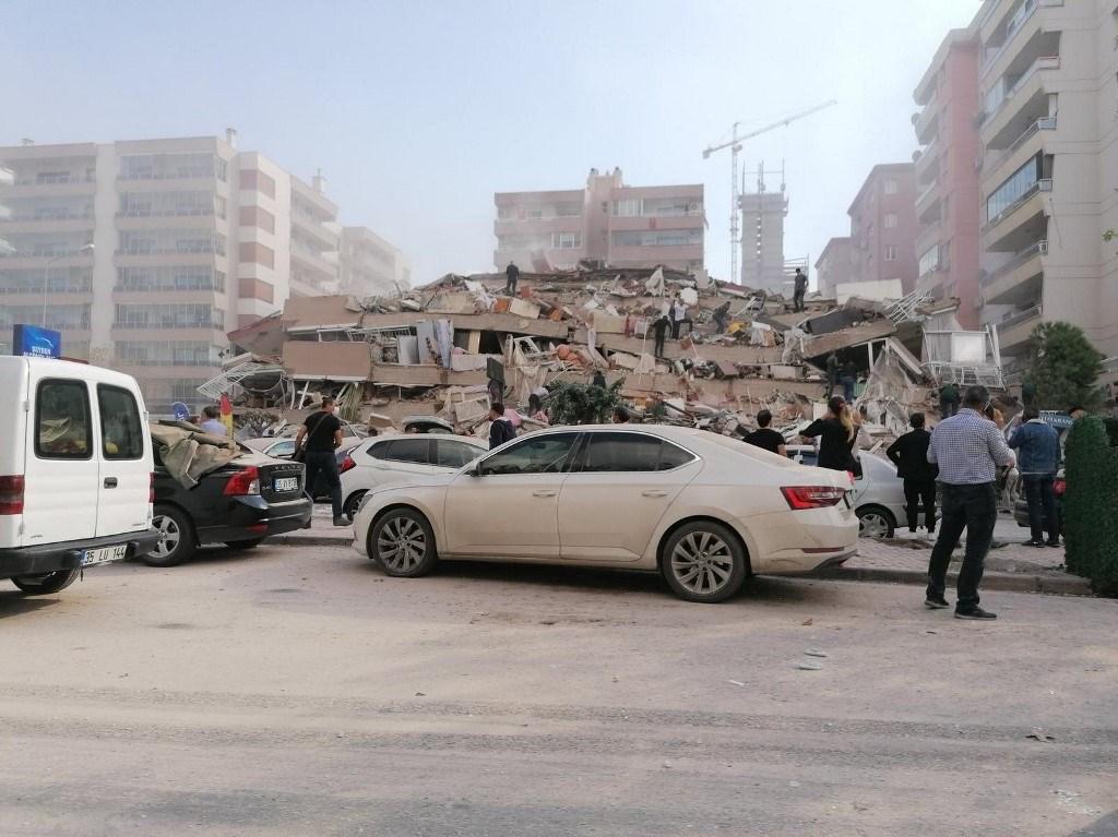 منزل منهار في منطقة ضربها الزلزال اليوم في إزمير - تركيا (أ ف ب).