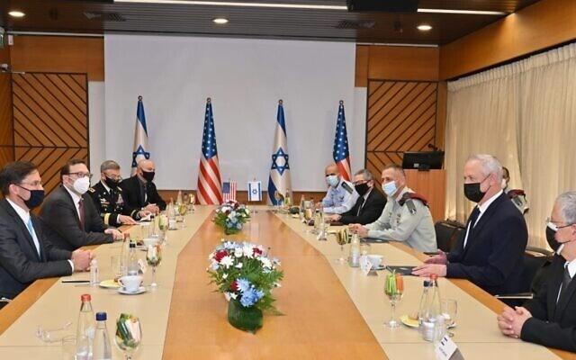 غانتس ومسؤولون إسرائيليون يلتقون بوزير الدفاع الأميركي مارك إسبر.