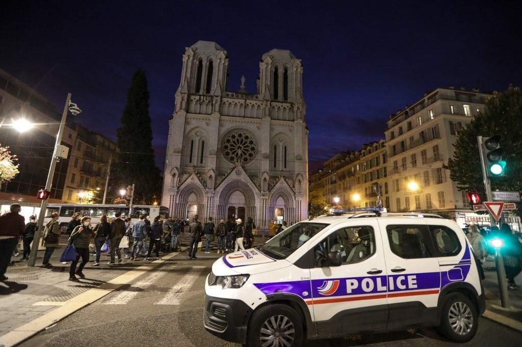 سيارة شرطة بالقرب من كنيسة