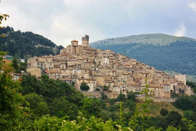 قرية سانتو ستيفانو دي سيسانيو الإيطالية لم يتبق من سكانها سوى 115 شخص فقط نصفهم من كبار السن