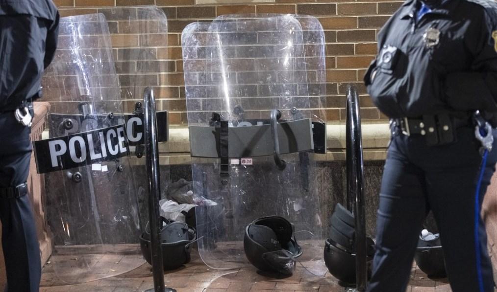 السلطات في فيلادلفيا فرضت حظر تجول (أ ف ب)
