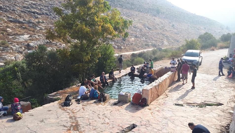 الفريق على بركة مياه نبع