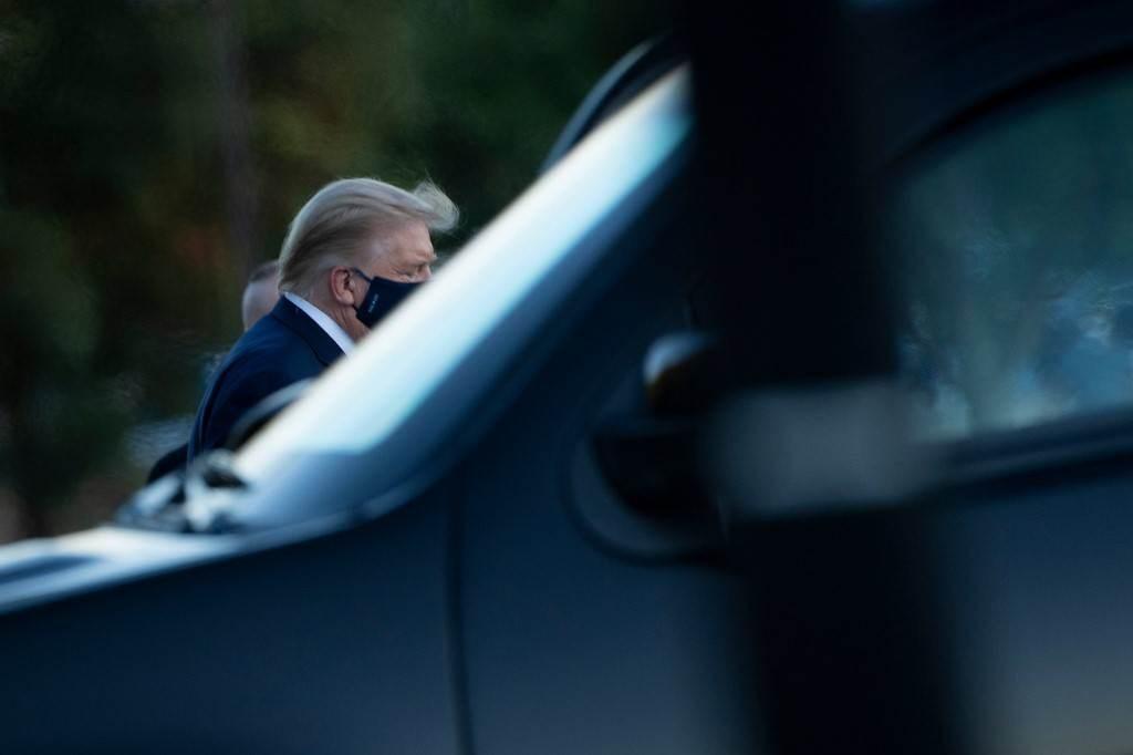 ترامب يغادر مارين وان أثناء وصوله إلى مركز والتر ريد الطبي في بيثيسدا (أ ف ب).