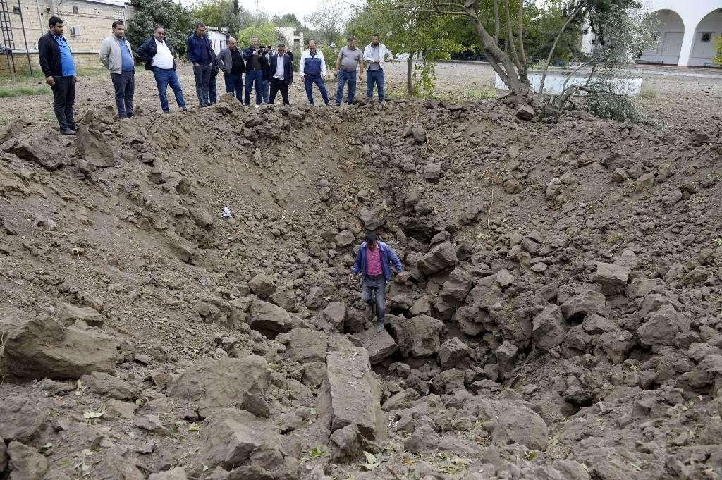السكان المحليون يقولون إن هذه الحفرة نجمت عن هجوم صاروخي أرمني على بلدة بيلاجان (أ ف ب)