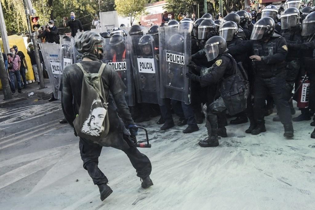 اشتباكات بين المتظاهرين وشرطة مكافحة الشغب في مكسيكو سيتي - 2 تشرين الأول/أكتوبر 2020 (أ ف ب)