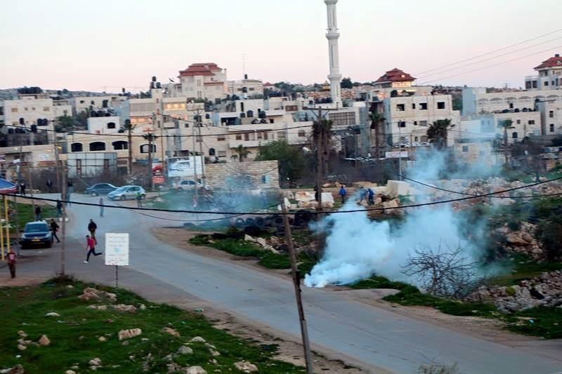 قوات الاحتلال يطلقون قنابل الغاز بكثافة في سلواد وسط حالة استنفار بين الجنود.