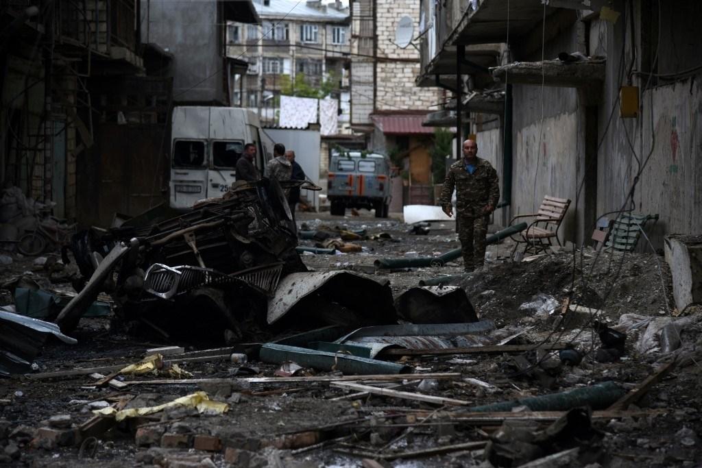 آثار القصف الأخير خلال القتال الدائر بين أرمينيا وأذربيجان حول منطقة ناغورنو كاراباخ - 4 أكتوبر 2020 (أ.ف.ب)