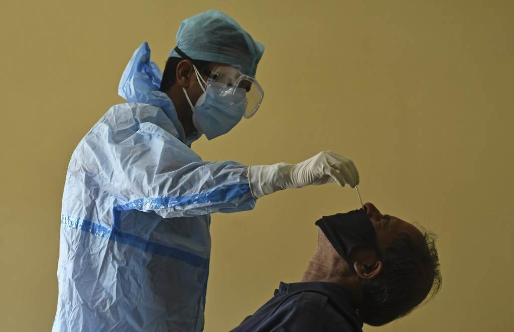 موظف في القطاع الصحي يجري فحص كورونا لأحدهم (أ ف ب - أرشيف)