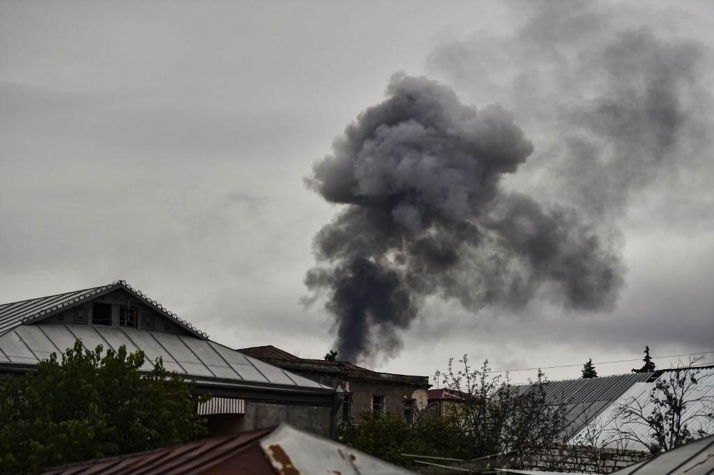 تصاعد الدخان من خلف المنازل بعد قصف مدينة ستيباناكيرت في ناغورنو كاراباخ - 7 أكتوبر 2020 (أ.ف.ب)