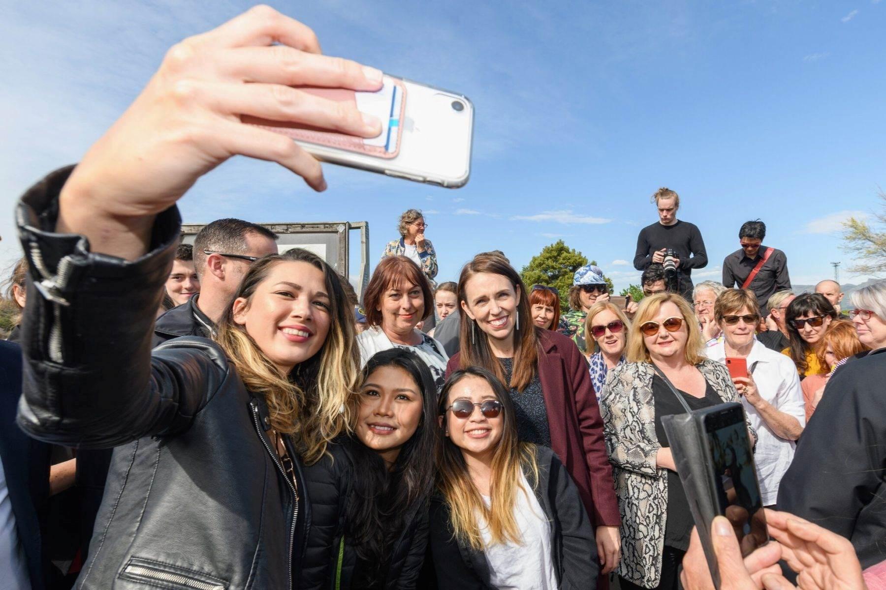 رئيسة الوزراء النيوزلندية جاسيندا أرديرن خلال جولة في مدينة ليتيلتون الثلاثاء