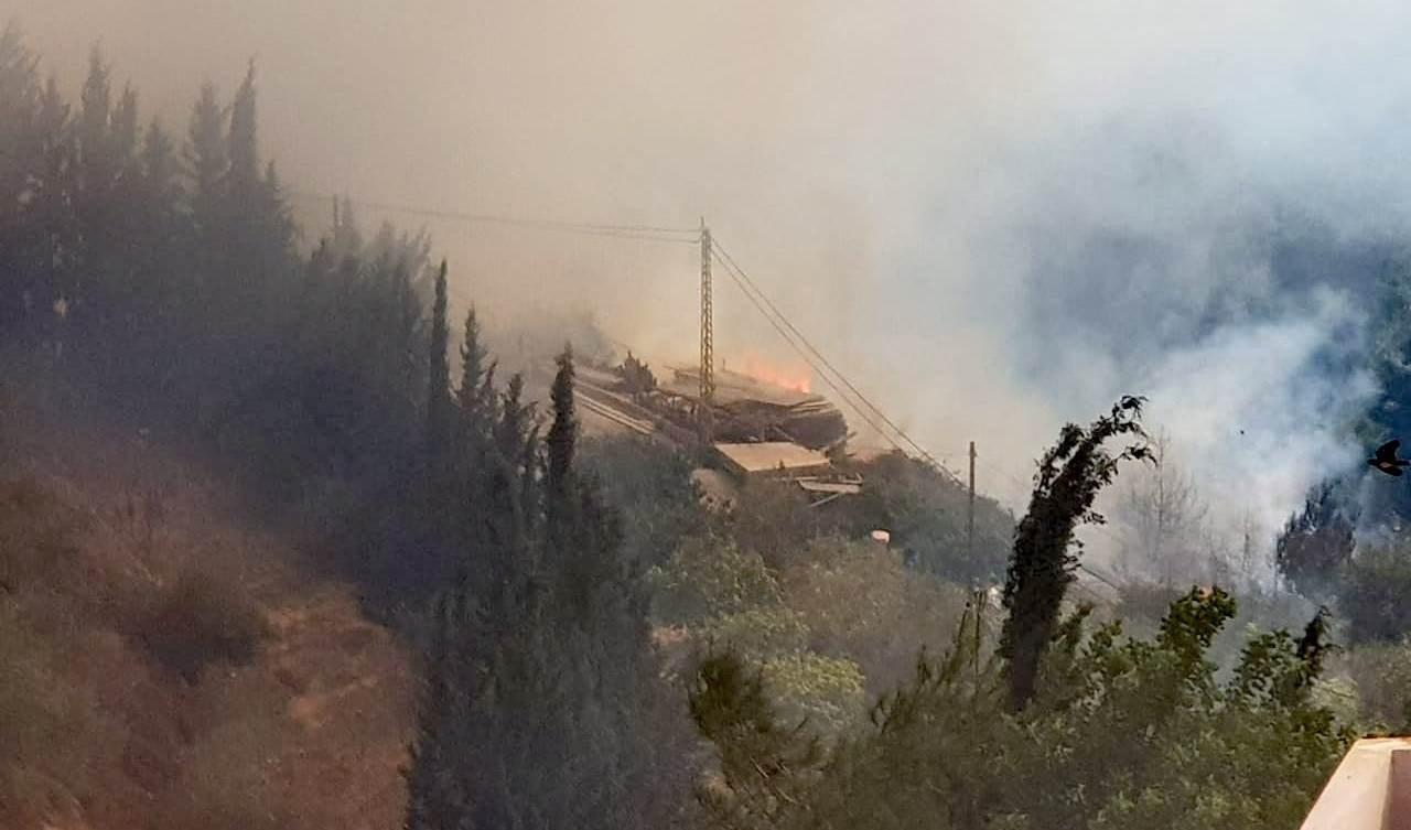 حالات إختناق جراء وصول الحرائق إلى المنازل بين بلدتي معركة وطير دبا (تويتر)