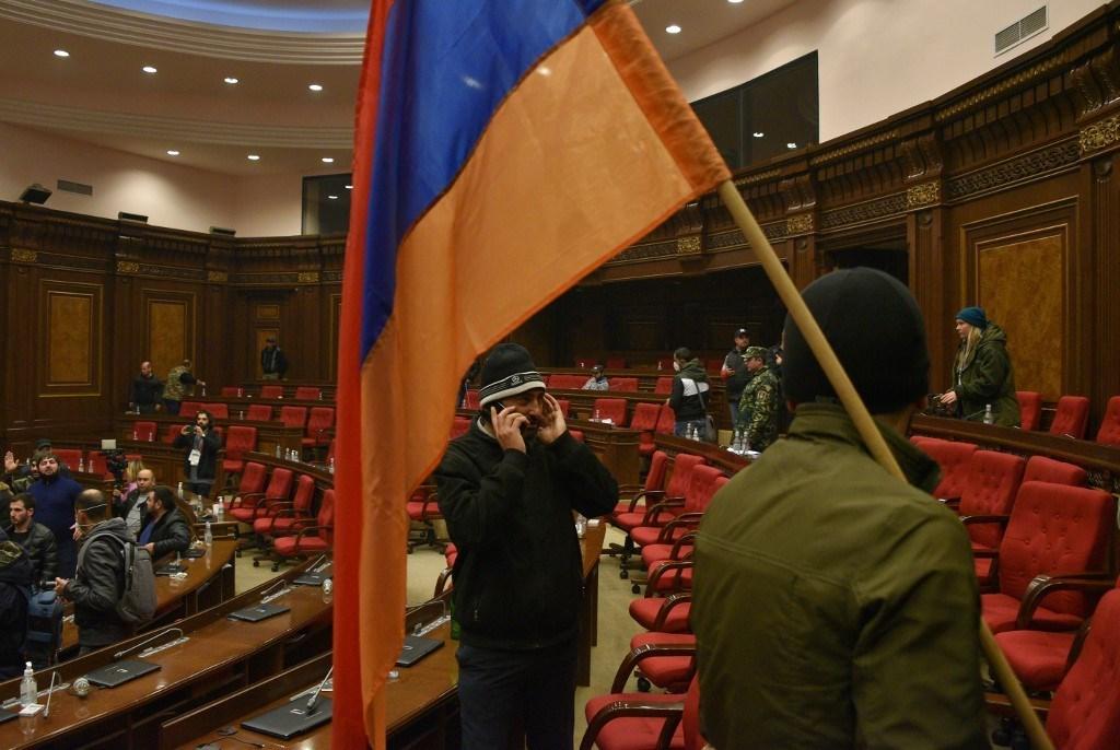 احتجاج على إنهاء القتال بشأن اقليم ناغورنو كاراباخ المتنازع عليه داخل البرلمان في يريفان (أ ف ب).