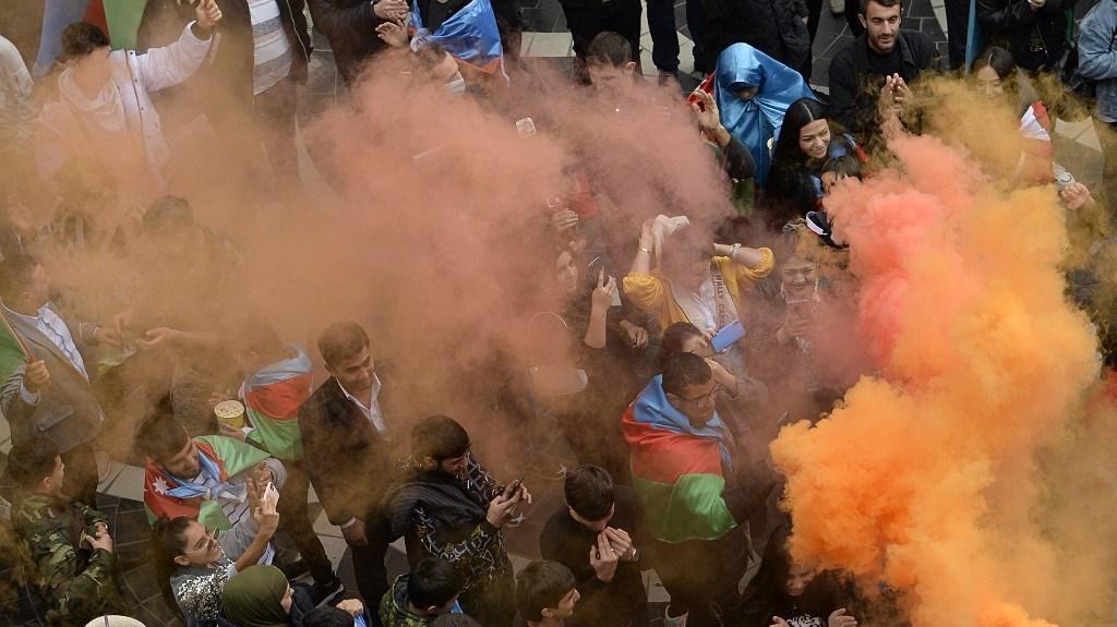 احتفال في باكو بعد أن وافقت أرمينيا وأذربيجان على وقف إطلاق النار في ناغورنو كاراباخ (أ ف ب).