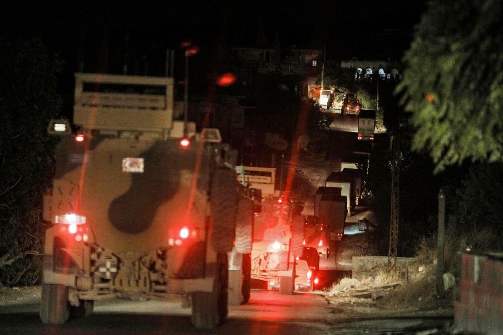 آليات عسكرية تركية تعيد انتشارها في منطقة جبل الزاوية في إدلب في 10 تشرين الثاني (أ ف ب).