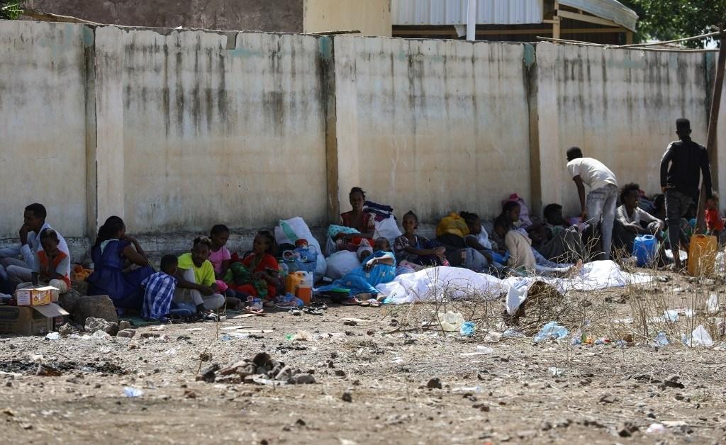 إثيوبيون فرّوا من منازلهم بسبب القتال المستمر في صورة لمخيم للاجئين في منطقة حمدايت الحدودية بولاية كسلا شرق السودان  (أ ف ب)