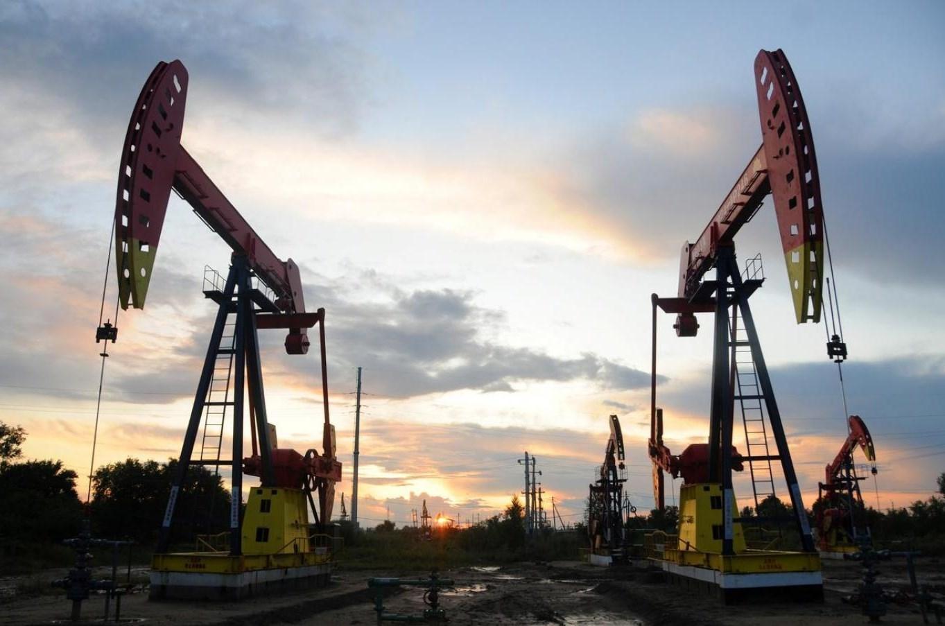 كورونا وزيادة غير متوقعة لمخزونات النفط الأميركي يسببا تراجع اسعار النفط