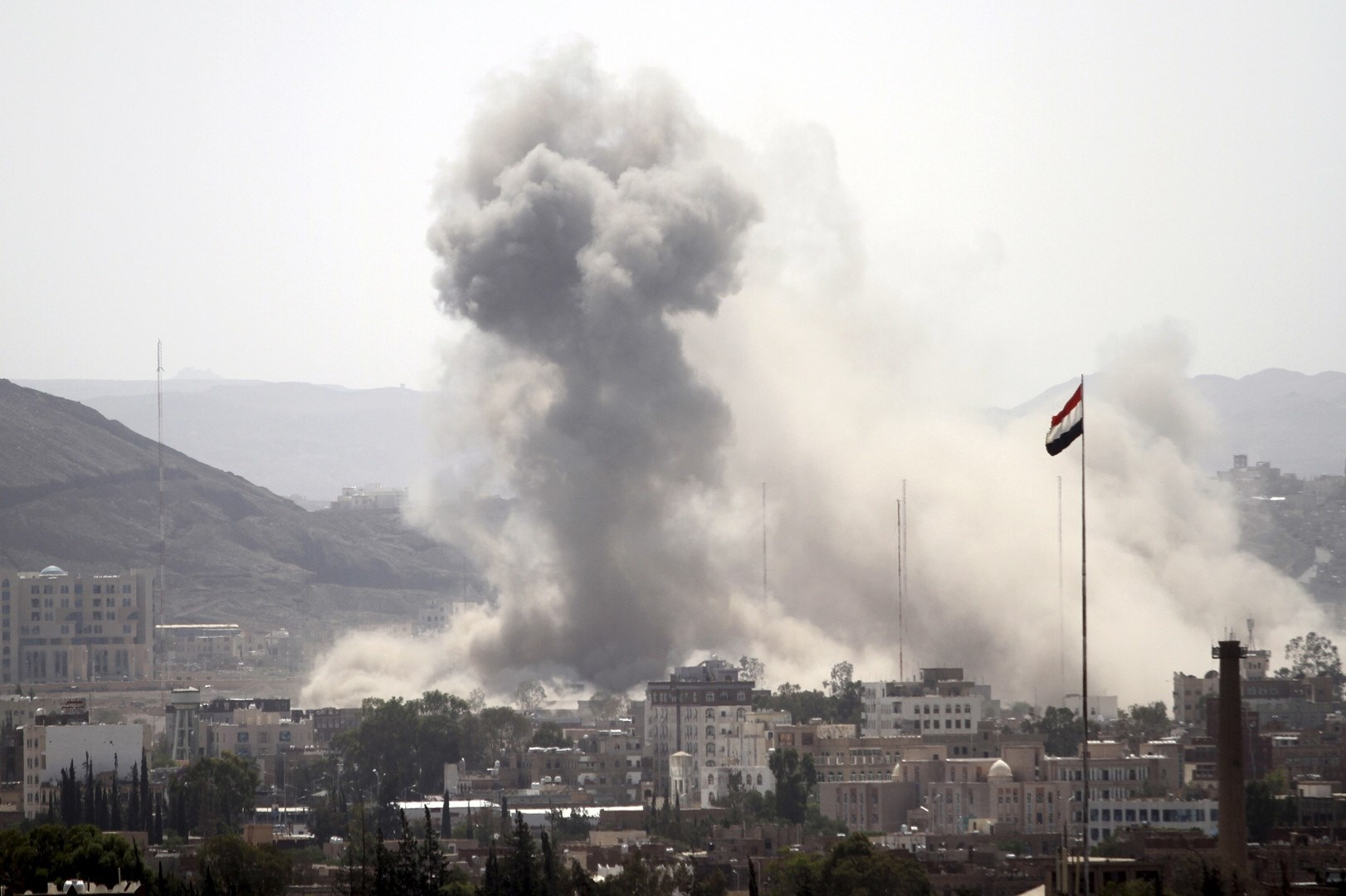 شنت طائرات التحالف السعودي 11 غارة استهدفت فيها طرقاً مؤدية إلى المعسكر