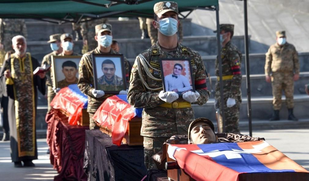 جنود أرمن يحملون نعوش رفاقهم الذين قتلوا خلال الصراع بين أرمينيا وأذربيجان (أ ف ب)