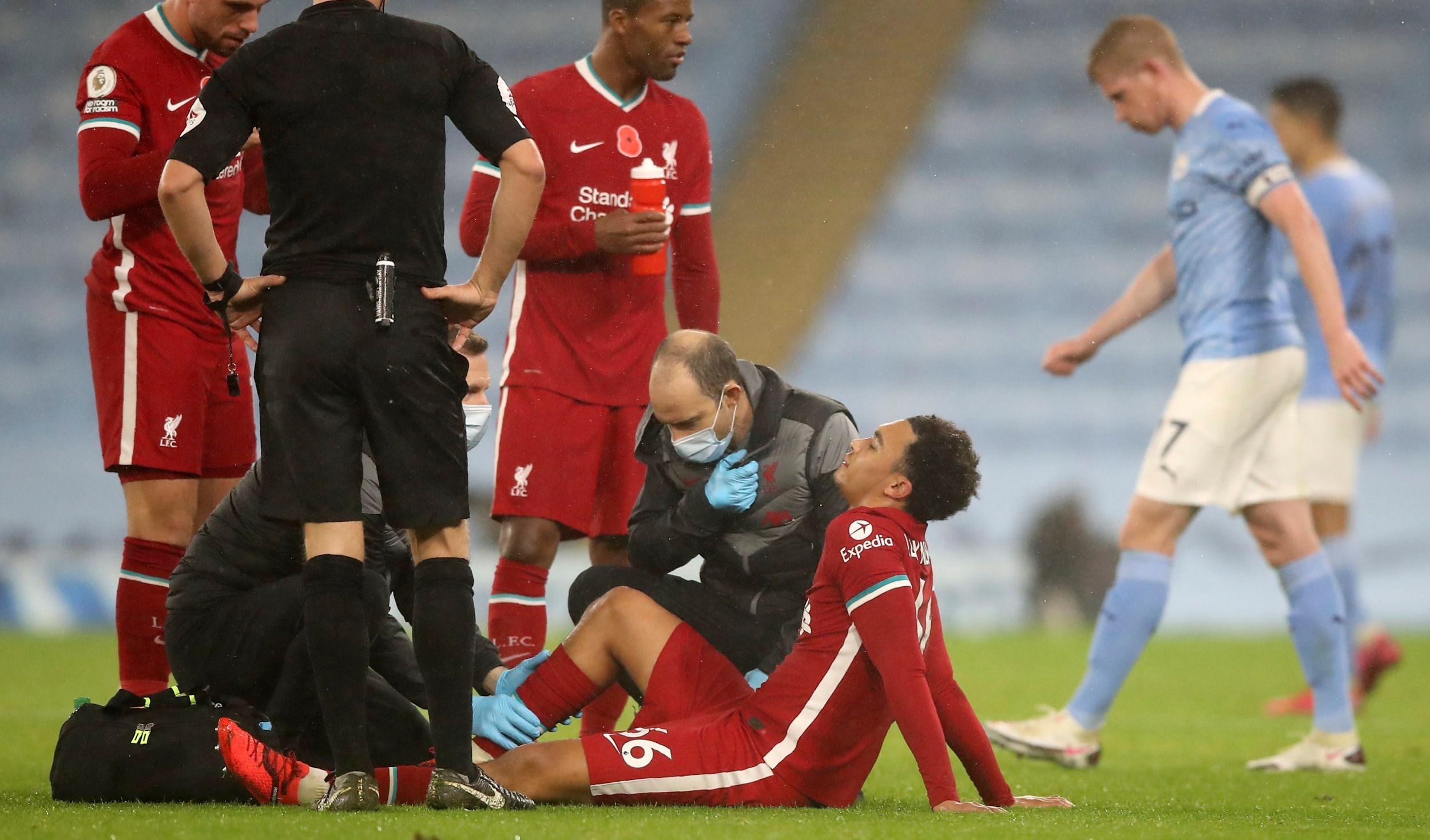 أرنولد لاعب ليفربول بعد تعرضه لاصابة في مباراة مانشستر سيتي