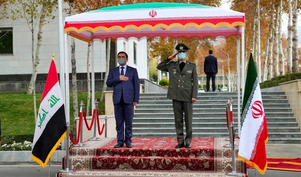 وزير الدفاع العراقي خلال زيارته طهران للقاء نظيره الإيراني امير حاتمي (أ ف ب)