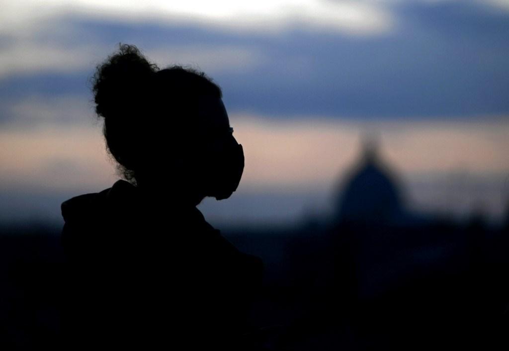 سيدة ترتدي الكمامة في روما (أ ف ب)