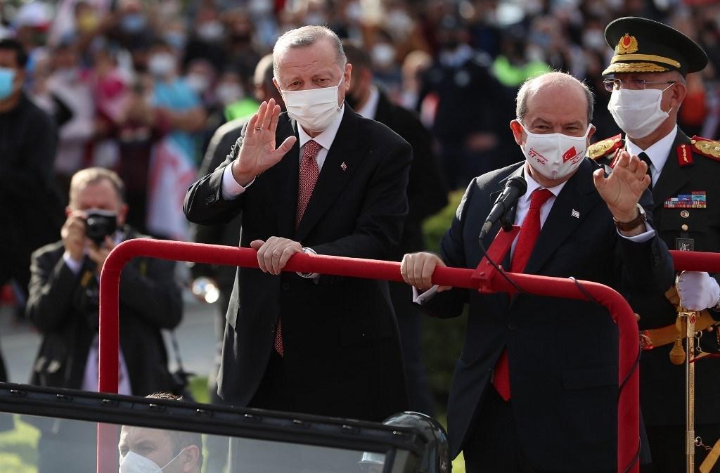 إردوغان وزعيم القبارصة الأتراك في نيقوسيا (أ ف ب).