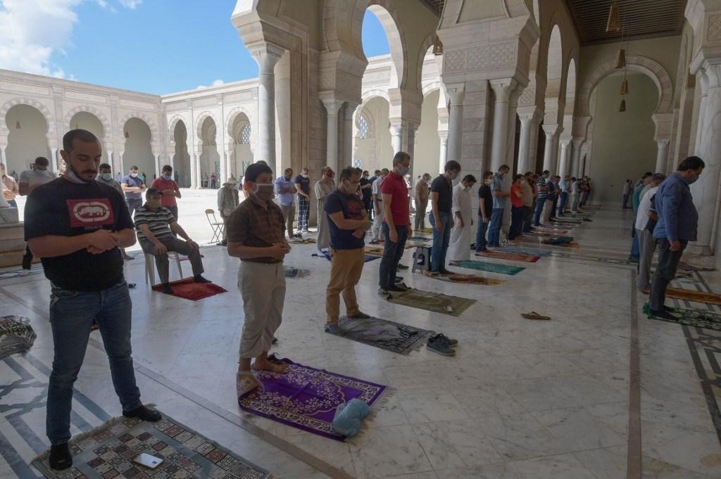 صلاة الجمعة الأولى في قرطاج- تونس بعد توقف دام 3 أشهر بسبب فيروس كورونا - 5 يونيو 2020 (أ.ف.ب)