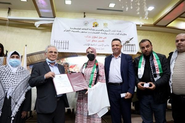 منار خلاوي خطيبة الأسير الأشقر تتسلم شهادته من رئيس جامعة القدس يونس عمرو