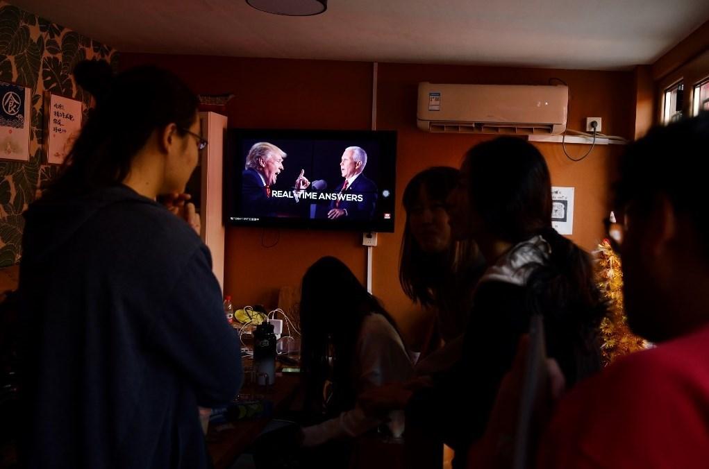 أشخاص يتابعون الانتخابات الأميركية (أ ف ب - أرشيف)