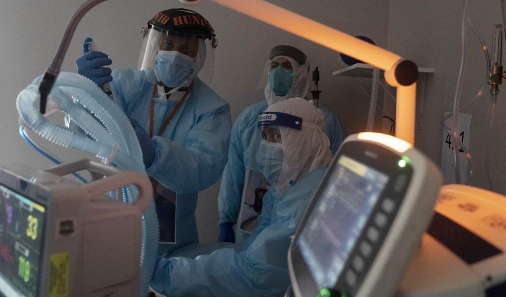 طاقم طبي يعالج مصاباً بفيروس كورونا في وحدة العناية المركزة في تكساس (أ ف ب - أرشيف)