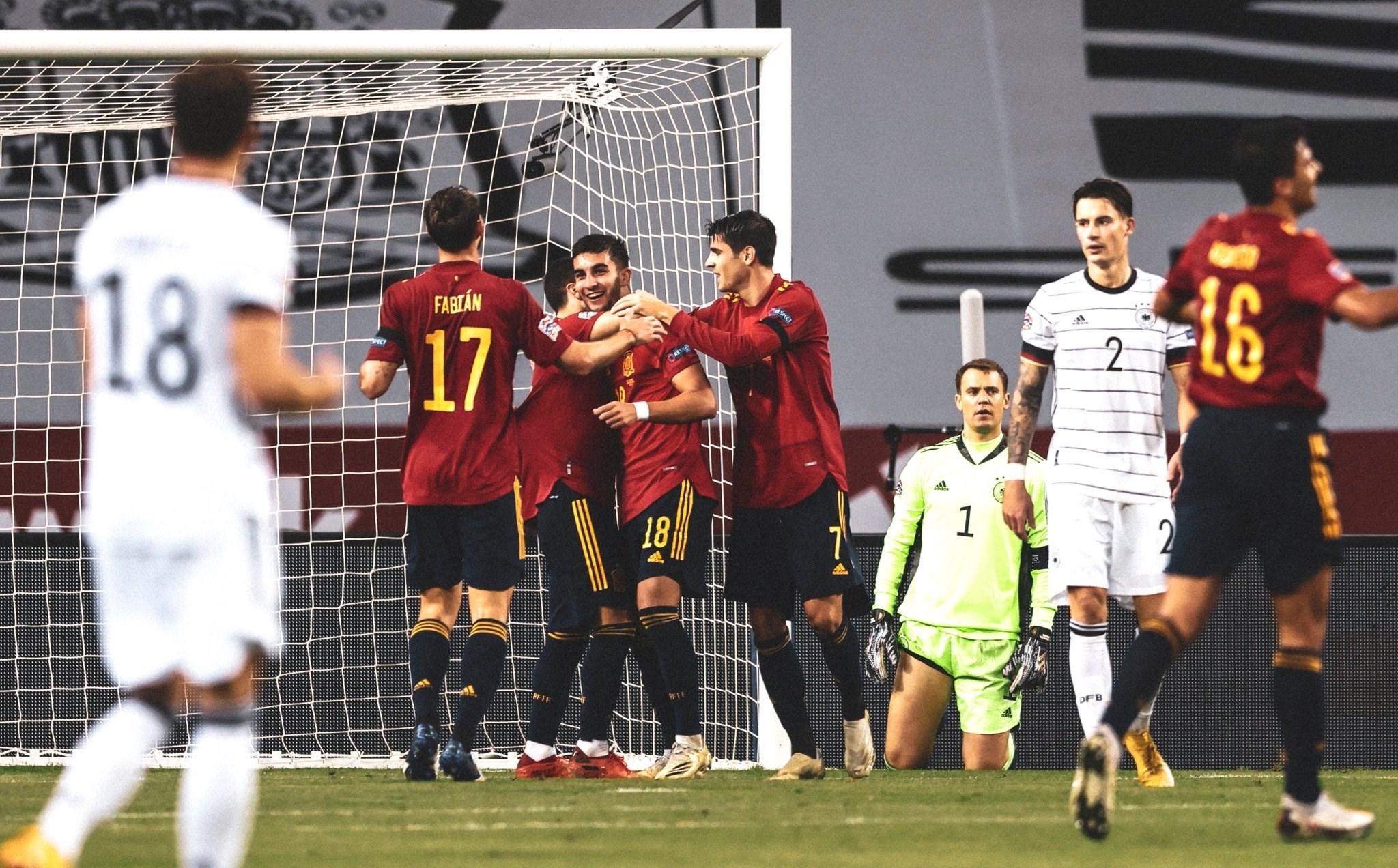 لاعبو إسبانيا يحتفلون
