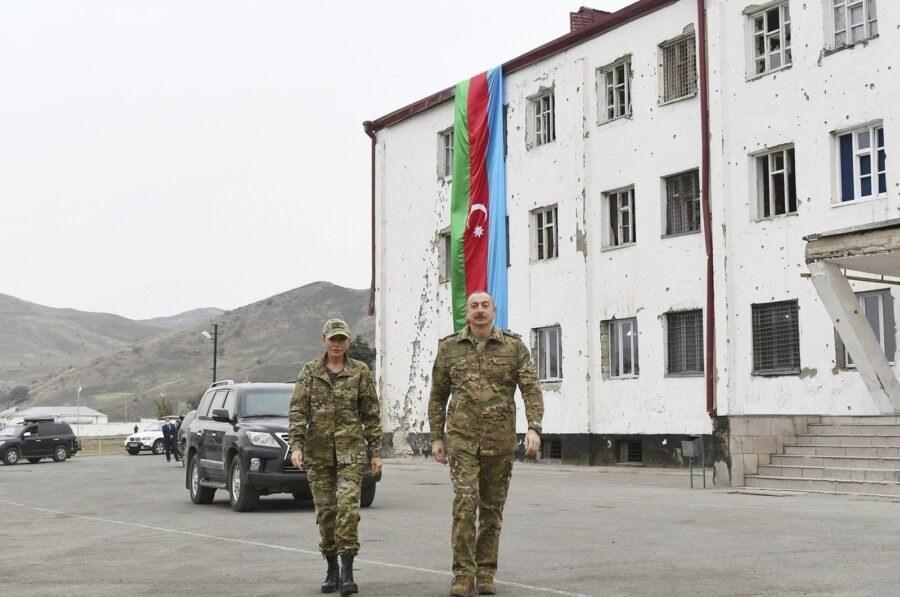 رئيس أذربيجان وزوجته يجولان في إقليم كاراباخ بزي عسكري
